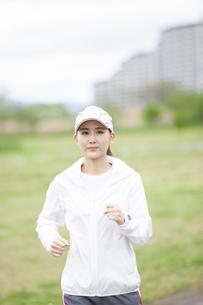 ランニングする日本人女性の写真素材 [FYI04636530]