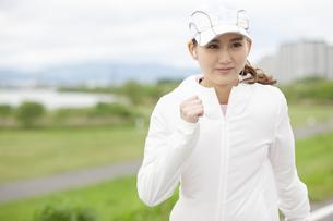 ランニングする日本人女性の写真素材 [FYI04636531]