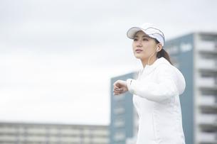 ランニングする日本人女性の写真素材 [FYI04636534]