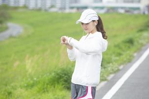 時計を見る日本人女性の写真素材 [FYI04636536]