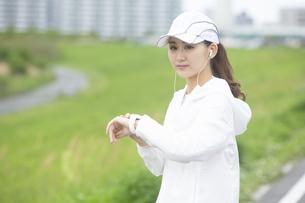 ランニングする日本人女性の写真素材 [FYI04636537]