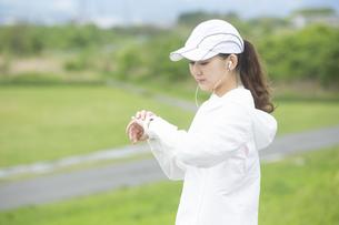 時計を見る日本人女性の写真素材 [FYI04636538]