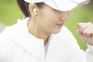 ランニングする日本人女性の写真素材 [FYI04636539]