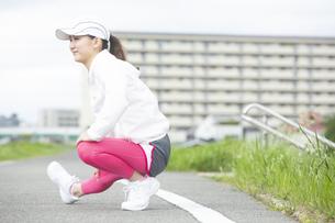 ストレッチする日本人女性の写真素材 [FYI04636540]
