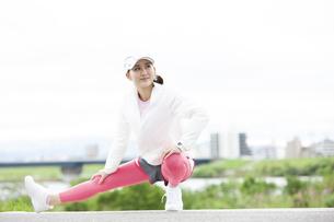 ストレッチする日本人女性の写真素材 [FYI04636542]