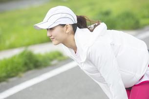 ストレッチする日本人女性の写真素材 [FYI04636547]