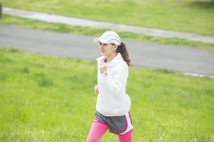 ランニングする日本人女性の写真素材 [FYI04636549]