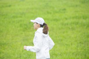 ランニングする日本人女性の写真素材 [FYI04636550]