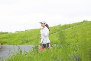 ランニングする日本人女性の写真素材 [FYI04636552]