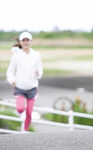 ランニングする日本人女性の写真素材 [FYI04636553]