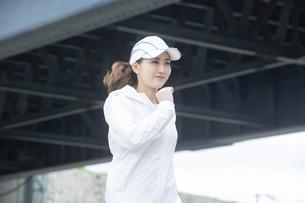 ランニングする日本人女性の写真素材 [FYI04636557]