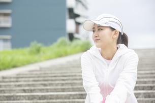 屋外で休む日本人女性の写真素材 [FYI04636559]