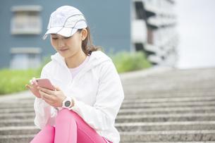 スマートフォンを操作する日本人女性の写真素材 [FYI04636560]