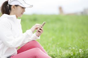 スマートフォンを操作する日本人女性の写真素材 [FYI04636562]