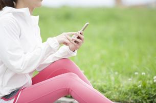 スマートフォンを操作する日本人女性の写真素材 [FYI04636564]
