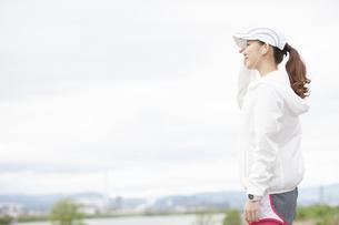 遠くを見る日本人女性の写真素材 [FYI04636565]