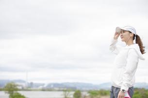 遠くを見る日本人女性の写真素材 [FYI04636566]