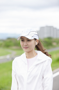 イヤホンを着けた日本人女性の写真素材 [FYI04636567]