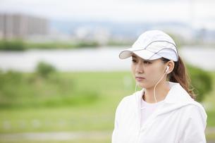 遠くを見る日本人女性の写真素材 [FYI04636568]