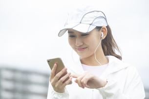 音楽を聞く日本人女性の写真素材 [FYI04636569]