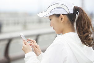 スマートフォンを操作する日本人女性の写真素材 [FYI04636575]