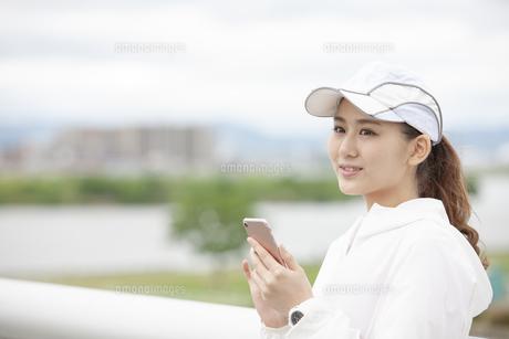 スマートフォンを操作する日本人女性の写真素材 [FYI04636577]