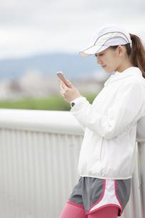 スマートフォンを操作する日本人女性の写真素材 [FYI04636578]