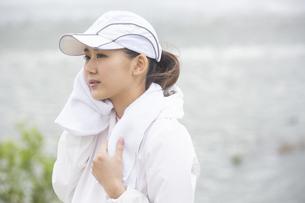汗を拭く日本人女性の写真素材 [FYI04636579]