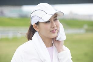 汗を拭く日本人女性の写真素材 [FYI04636580]