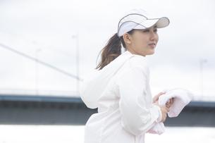 タオルを持つ日本人女性の写真素材 [FYI04636581]