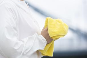 タオルを持つ女性の写真素材 [FYI04636583]