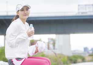 休憩する日本人女性の写真素材 [FYI04636584]