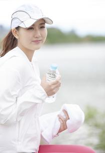 休憩する日本人女性の写真素材 [FYI04636585]