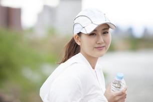 休憩する日本人女性の写真素材 [FYI04636586]