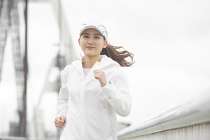 ランニングする日本人女性の写真素材 [FYI04636588]
