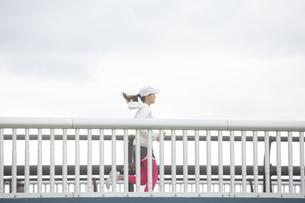 ランニングする日本人女性の写真素材 [FYI04636589]