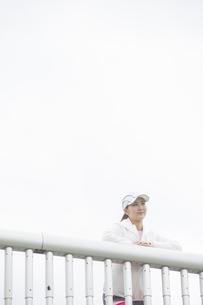 景色を眺める日本人女性の写真素材 [FYI04636590]