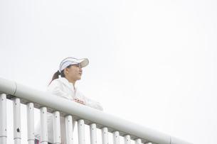 景色を眺める日本人女性の写真素材 [FYI04636591]