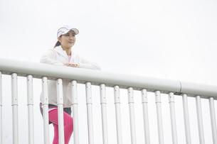 景色を眺める日本人女性の写真素材 [FYI04636592]