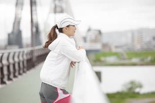 景色を眺める日本人女性の写真素材 [FYI04636593]