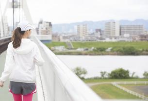 ウォーキングをする女性の写真素材 [FYI04636594]