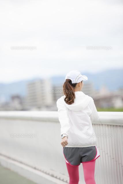 ウォーキングをする女性の写真素材 [FYI04636595]