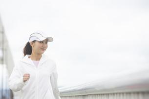 ウォーキングをする日本人女性の写真素材 [FYI04636597]