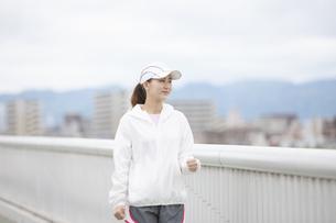 ウォーキングをする日本人女性の写真素材 [FYI04636598]