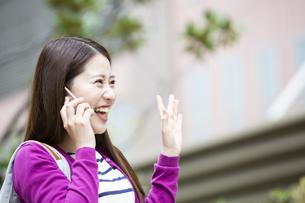 スマートフォンで通話する日本人女性の写真素材 [FYI04636603]