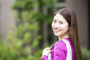 振り返る日本人女性の写真素材 [FYI04636635]