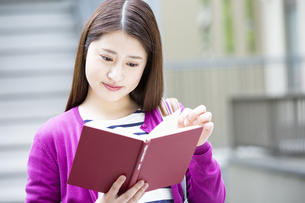 読書をする日本人女性の写真素材 [FYI04636639]