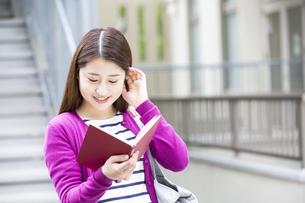 読書をする日本人女性の写真素材 [FYI04636640]