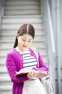 読書をする日本人女性の写真素材 [FYI04636641]