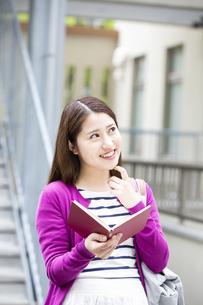 読書をする日本人女性の写真素材 [FYI04636643]
